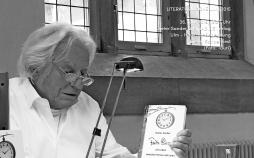 """Dieter Sander liest aus seinem Buch """"Fritz Picard. Ein Leben zwischen Hesse und Lenin"""". (Foto: Tauri)"""