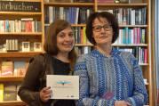 """Stefana Sabin mit """"Shakespeare auf 100 Seiten"""" und Claudia Feldtenzer, die Pressechefin von Reclam, gestern zu Gast bei der Literaturwoche, in der Kulturbuchhandlung Jastram. Sehr schön wars, Vielen Dank! Foto: R. Schoell"""