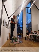 TEX RUBINOWITZ eröffnete die Literaturwoche Ulm 2015 in den Räumen der Museumsgesellschaft - nicht als übliche Lesung, sondern als veritable Performance mit hohem Unterhaltungsfaktor. Für eine bessere Vernehmbarkeit erklomm der Autor da schon mal einen Stuhl ... (Foto: F. L. Arnold)