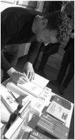 Sebastian Guggolz gründete seinen Verlag, um jene Autoren verlegen zu können, die ihm zusagen - vergessene Literaturnobelpreisträger wie Frans Emil Sillanpäa oder Heðin Brú, Michail Prischwin oder Andor Endre Gelléri. Er las in der Venethausgalerie in Neu-Ulm. Foto: F. L. Arnold
