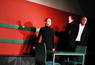 """Im Rahmen der """"Literaturwoche Ulm 2015"""" gastierte das Wiener """"Teatro Caprile"""" mit einer furiosen Revue der skurrilen Szenen von Fritz von Herzmanovsky-Orlando. An zwei Abenden spielte das Ensemble seine überaus gelungenen Umsetzungen der Theaterstücke, Szenen und Fragmente des Wiener Schriftstellers, der 1954 in Meran starb und zu Lebzeiten nur einen Roman veröffentlichen konnte."""
