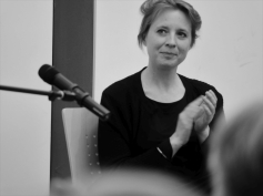 Journalistin Lena Grundhuber moderierte den Lese-Abend von Anna Kim. Foto: Kathrin Häckert